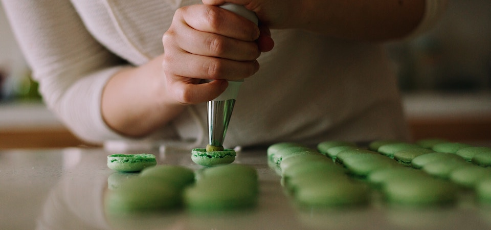 Making macaroons paris