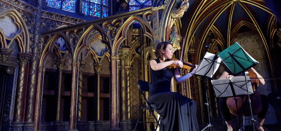 lady playing the violin in sainte chapelle