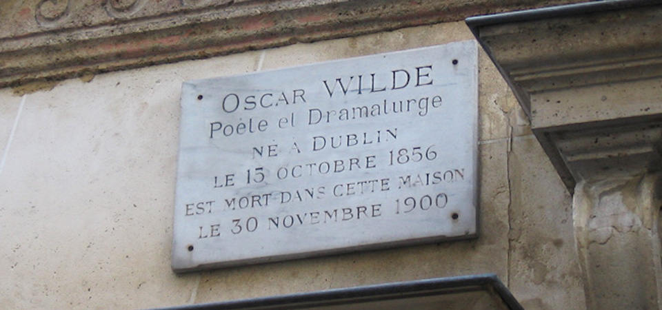 Plaque dedicated to Oscar Wilde above the hotel where he died